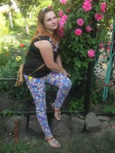 женщина сидит около роз