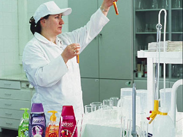 Женщина с пробирками в лаборатории Avon